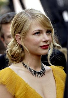 "Michelle WilliamsYear: 2006 While we're big fans of the pixie cut that Michelle Williams has been sporting for the past few years, this effortless 'do may be one of our favorites of all time. On the night when she was up for Best Supporting Actress in ""Brokeback Mountain,"" Michelle's canary-colored dress stole the show ... but so did her hair and makeup! She pulled her tresses back into a messy bun at the nape of her neck and left a few wisps framing her face."