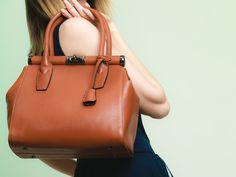 Cosa non può assoltamente mancare nella borsa di una donna per essere sempre pronte a un ritocco last minute del make up? Ce lo dice Stella Tagliazucchi MakeUp Artist su http://www.stilefemminile.it/8-cose-da-portare-sempre-con-noi/