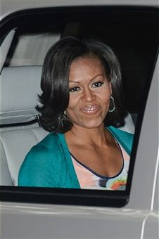 First Lady Michelle Obama. love this hair & makeup Michelle Obama Flotus, Michelle Obama Fashion, Barack And Michelle, Presidente Obama, My Black Is Beautiful, Beautiful Person, Beautiful People, Malia And Sasha, Barack Obama Family