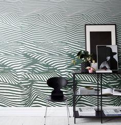 Un papier peint comme des vagues ou des rayures de zèbre en fonction du style que vous voulez donner à votre intéreieur ! Papier peint Sandberg chez Au Fil des Couleurs