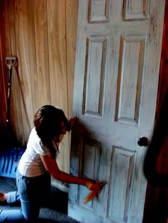Mandipidy: Who Wants An Old Door Anyway? -Make new doors look old Distressed Furniture, Rustic Furniture, Painted Furniture, Diy Furniture, Distressed Doors, Redoing Furniture, Furniture Assembly, Distressed Painting, Antique Furniture