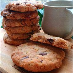 30分cook❤袋でシャカシャカ~🎶振ってカットするだけの、お手軽なのに本格的なアメリカンクッキー🍪❤ザックザクな食感が、とっても美味しい『ザクッキー❤』をご紹介します🍀 なんとなく、ペコ家ではこれ、「マ○ビティのビスケット」って言われています❤ 「ザックザク」+「クッキー」⇒『ザクッキー』 …またまた、さぶぅっッッー😱😱😱……💧(苦笑) あっという間にできるのですが、シャカシャカ振って袋で作れて、しかも洗い物要らず ❗ 生地ができたら、最後に袋をカットして、そのまま生地を手で丸めて、天板にぎゅっと押し付けるだけ❤ もちろんバターは使わず、菜種油を使用しました。 なので、とってもhealthy❤ フィリングはチョコと胡桃にしました。 (各30㌘) 焼きたてはまだ柔らかめなので、天板の上で冷まします。 すぐにしっかり固まりますので、ザクザクな食感が楽しめますの~⤴✨✨✨ 今日のコーヒータイムは、このクッキーで一息ブレイクしませんか?🏠☕❤ ペコ。❤