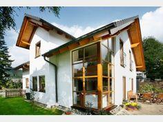 Fertighaus Novum III - klassisches Stadthaus mit Gaube von Baufritz | Haus XXL | Architektenhaus mit weißer Fassade und Holzelementen