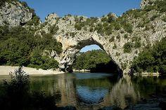 | Le pont de l'Arc en Ardèche | Le pont d'arc, arche naturelle de 54 mètres de hauteur, porte d'entrée des Gorges de l'Ardèche.