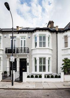 1930s House Exterior, Terrace House Exterior, Victorian Homes Exterior, House Paint Exterior, Exterior House Colors, Facade House, Victorian Front Garden, Victorian Terrace House, Victorian Townhouse