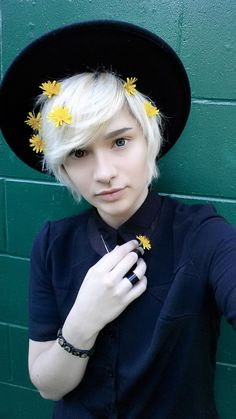(not my photo) I have thin hair, would it be possible to get my hair to look like this if I cut it short? my hair is bleached and can look fluffy at times but I really want to cut it short and not look like a wet rat Androgynous Haircut, Androgynous Fashion, Androgyny, Tomboy Fashion, Cute Emo, Fluffy Hair, Attractive People, Grunge Hair, Hairstyles Haircuts