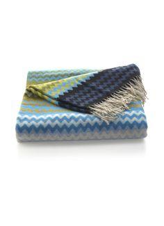 Plaid Humber van Missoni is uitgevoerd in een zachte kwaliteit in warme wol blend. Dit langwerpige model is  uitgevoerd in orginele Missoni stof.  Aan de  uiteinden van het exclusieve Missoni plaid zijn franjes aangebracht.
