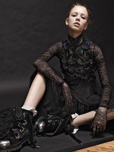 Шелковое платье, расшитое стеклярусом, металлические браслеты, все Alexander McQueen; кружевное боди, Maison Close; перчатки из тюля (здесь и далее), Albright Fashion Library