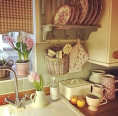 Great Shabby Chic Kitchen Ideas To Get You Started Cocina Shabby Chic, Shabby Chic Cottage, Shabby Chic Decor, Cottage Kitchens, Home Kitchens, Home Decor Kitchen, Country Kitchen, Deco Nature, Deco Retro