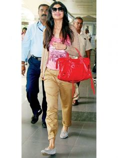 Effortlessly ChicThe leggy Shilpa Shetty hits the right note with loose folded pants and a simple nude cardigan. The super-soft suede loafers easily slip on and off and are an ideal choice for long-distance flights.