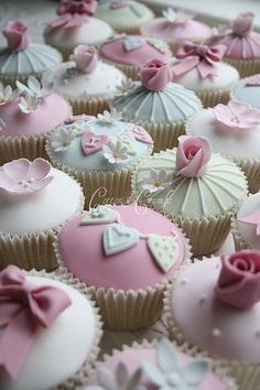 Vintage christening cupcakes like the bunting on these Cupcakes Design, Cupcakes Cool, Beautiful Cupcakes, Wedding Cupcakes, Cute Cakes, Cake Designs, Valentine Cupcakes, Decorated Cupcakes, Valentine Treats
