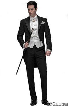 frac traje negro de protocolo con faldones por de tras y cortado por delante a la altura de la cintura