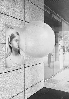 。。。en bild som visar tydligt hur platta och tvådimensionella bilder är trots att de föreställer tredimensionella objekt