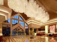 Luxurious Lobby Design Of The Hilton Hangzhou Qiandao Lake Resort With Gorgeous Crystal Chandelier Decoration: Great Lobby Design ideas for Cozy Waiting Place