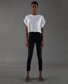 e55e09af18af5 Zara lanza una colección cápsula de camisetas blancas que hará que quieras  tenerlas todas en tu armario