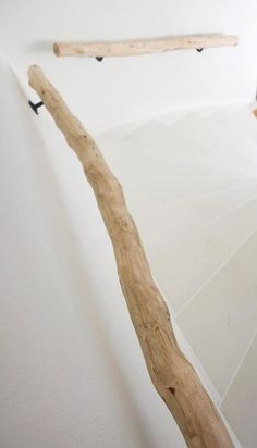 Houten natuurlijke trapleuning met ophangbeugels, Keuze uit meerdere kleuren houten trapleuningen. Brocant trapleuningen kies uw lengte op webshop www decoratietakken.nl