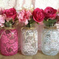 Não são meus, achei na net, créditos na foto Diy Lace Vase, Diy Lace Mason Jars, Pink Mason Jars, Mason Jar Vases, Mason Jar Crafts, Bottle Crafts, Lace Jars, Glitter Mason Jars, Wedding Centerpieces Mason Jars