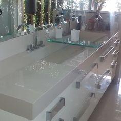 Pia de porcelanato com vidro E Design, Interior Design, Bathtub, Vanity, Mirror, Bathroom, Architecture, House, Furniture