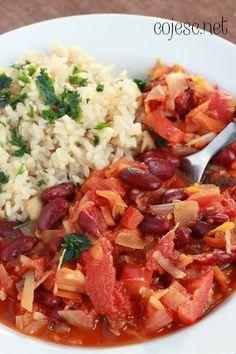 Rozgrzewający i pożywny gulasz z dodatkiem czerwonej fasoli. Podałam z brązowym ryżem, ale świetnie sprawdzi się z dodatkiem dowolnej kas...