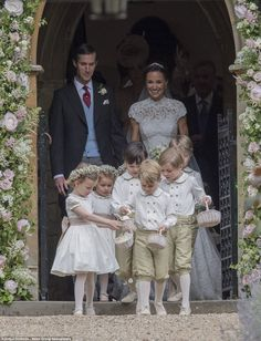 Both the bridesmaids and pageboys were handed small wicker baskets filled with petals to be used as confetti
