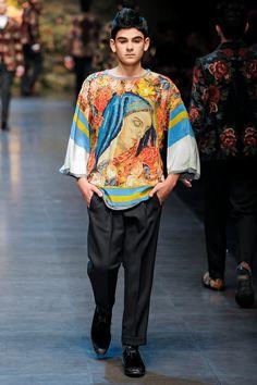 1990 Lanzan su colección masculina, la cual causa revuelo por sus diseños atrevidos propuestos para la moda de hombre. #Dolce&Gabbana