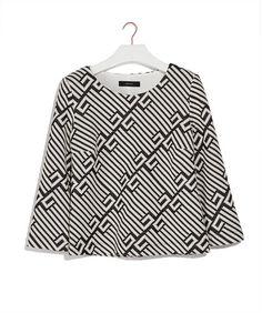Top cable relief - Tweekleurige top, uitgevoerd in een compacte tricot met geribbeld reliëf. Het model heeft driekwartsmouwen, een schone hals en een comfortabele binnenvoering van katoen.