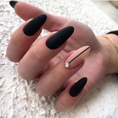 Semi-permanent varnish, false nails, patches: which manicure to choose? - My Nails Matte Black Nails, Black Nail Art, Black Almond Nails, Sophisticated Nails, Stylish Nails, Almond Acrylic Nails, Best Acrylic Nails, Black Nail Designs, Nail Art Designs