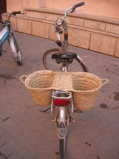 I love this Bicycle Basket Rattan, Bicycle Basket, Deco Originale, Market Baskets, Bicycle Accessories, Wicker Furniture, Basket Weaving, Wicker Baskets, Cool Stuff