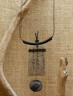 Collier bois recyclé, papier [reproduction calligraphie chinoise] caoutchouc et pastille en céramique - AMALTHEE CREATIONS