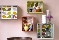 Fabriquer des étagères avec des caisses à vin ou autre personnalisée avec du papier peint et des restes de peinture de plusieurs couleurs