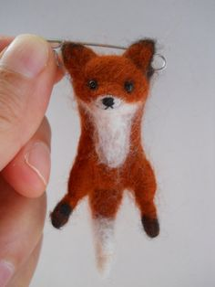 Miniature swinging fox safety pin brooch. par FeltCuriousShop