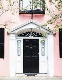 A fresh front door color combination. It doesn't get more classic that a jet-black front door, but in this case, the blush walls give the traditional shade a trendy new twist. Best Front Door Colors, Best Front Doors, Black Front Doors, Front Door Paint Colors, Painted Front Doors, Blush Walls, Traditional Front Doors, Cool House Designs, Entry Doors