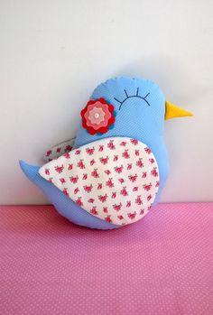 Almofada de Pássaro <br> <br>Confeccionada em tecido 100% algodão, com aplique de flor de feltro e olhos bordados a mão! <br> <br>Enchimento de fibra siliconada (anti-alérgica) <br> <br>Medidas - 32 cm x 34 cm