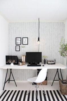 真っ白な壁と床の空間に、雑貨やデスクの足を黒にすることによって、クールな雰囲気をプラス。さり気なく置かれたカゴや植物があたたかみを与えている、バランスの取れたコーディネートです。