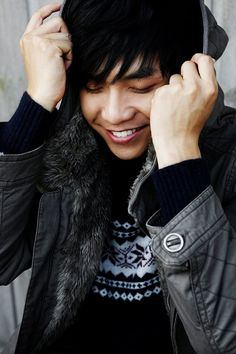 Lee Seung Gi. That smile makes me swoon every time I see it.