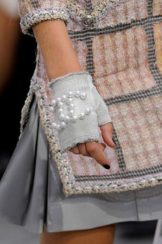 Chanel Spring 2014 DIY I have a CHANEL necklace that sadly broke. I am going to devise a way to use the pearls and CHANEL details to creat my own DIY gloves. Fashion Week, High Fashion, Fashion Show, Womens Fashion, Fashion Trends, Spring Fashion, Luxury Fashion, Chanel Couture, Looks Style