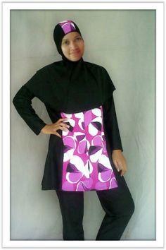 Kode: BRMD201415, Harga: IDR 285.000. Baju renang muslimah dewasa dengan desain longgar berwarna dasar hitam kombinasi motif bunga abstrak. Model baju dan celana renang terpisah, dilengkapi jilbab panjang yang menutupi dada dan topi yang disisipkan motif. Resleting diletakkan di depan baju untuk memudahkan pemakaian. Bahan baju renang adalah Spandex-Lycra yang sangat nyaman dipakai.