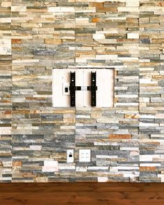 壁掛けテレビの金具の取り付け。テレビ裏はこうなっています。壁は石貼りでアクセント。 #壁掛けテレビ #石貼り #無垢材 #パイン材 #サンワカンパニー