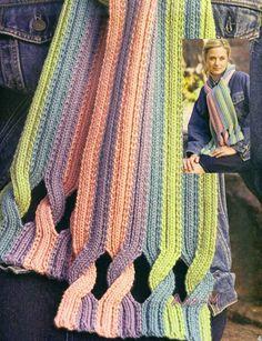 Sciarpa multicolore ai ferri con punto coste 2/2, La sua particolarità consiste nelle trecce abbastanza singolari nei bordi.