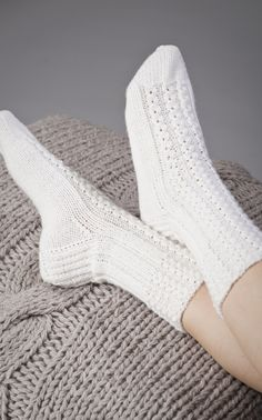 Really pretty white lace socks Mitten Gloves, Mittens, Crochet Home, Knit Crochet, Little Cotton Rabbits, Lace Socks, Knit Shoes, Yarn Colors, Knitting Socks