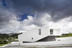 Contaminar Arquitectos designed the Vidigal House for a family in Leiria, Portugal. Arch House, My House, Micro House, Minimal Architecture, Japanese Architecture, Architecture Design, Modern Exterior, Interior And Exterior, Hillside House