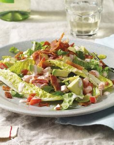 If you're a fan of the classic BLT sandwich, check out this BLT salad with avocado from Skinnytaste. Creamy, mayonnaise-marinated tomatoes, romaine lettuce and diced avocados are topped with pieces. Blt Salad, Pasta Salad, Shrimp Salad, Shrimp Pasta, Chicken Salad, Fruit Salad, No Calorie Foods, Low Calorie Recipes, Healthy Snacks