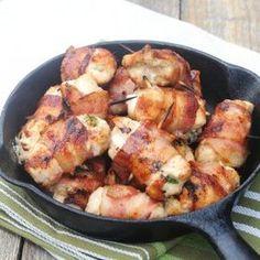 Recept online: Kuřecí prsa se slaninou: Kuřecí prsíčka potřená hořčicí a pečená v plátcích slaniny