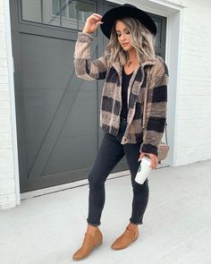 Timeless And Comfy Jean Outfits For Travelling - Comfy Jean Outfits - Outfits With Hats, Jean Outfits, Trendy Outfits, Fashion Outfits, Work Outfits, Work Dresses, Work Attire, Black Women Fashion, Womens Fashion