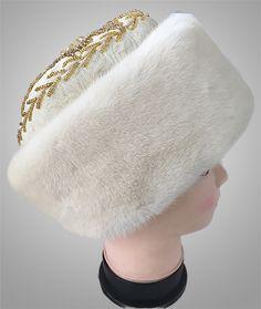 Когда-то модные тренды и актуальные направления возвращаются. Наглядный пример тому шапка боярка. Этот простой, и в то же время, стильный головной убор появился в России и завоевал популярность. Как правило, боярку изготавливали из ценных мехов соболя или норки. Верх шапки вышивали бисером, драгоценными камнями и золотом. Современные шапки не обладают, конечно, такими характеристиками, но внимание к вашей персоне гарантировано. #шапкабоярка #сувенирыгорногоалтая #шапкаизнорки #стильныйтренд…