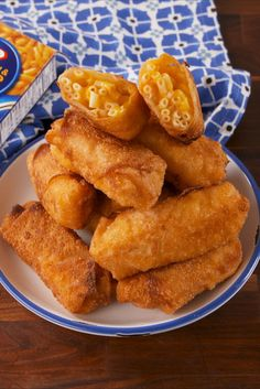Mac & Cheese Egg Rolls Turns out the best way to eat mac & cheese is fried inside an egg roll wrapper. Cheese Egg Rolls Recipe, Egg Roll Recipes, Cheese Recipes, Meat Recipes, Fried Mac And Cheese, Mac And Cheese Bites, Mac Cheese, Salsa Buffalo, Queso Cheddar