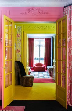 With these interior design ideas, you will liven up your entryway decor with these fall color trends that are actually quite groundbreaking. Colorful Interior Design, Colorful Interiors, Estilo Kitsch, Colourful Living Room, Deco Boheme, Retro Home, Cool Rooms, Room Decor Bedroom, Room Inspiration