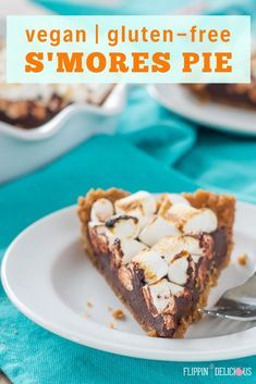 Easy vegan gluten free s'mores pie with a buttery gluten free graham-style crust, vegan fudge filling, and golden vegan marshmallows. Gluten Free Pie, Gluten Free Desserts, Dairy Free Recipes, Sans Gluten, Vegan Recipes, Vegan Fudge, Vegan Pie, Quick Healthy Desserts, Strawberry Oatmeal Bars
