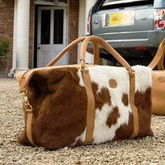 Cowhide Weekend Bag by Emma Tomes. Per una gita fuori porta. Cowgirl Style, Beautiful Bags, My Bags, Purses And Handbags, Travel Bags, Camouflage, Leather Bag, Fashion Accessories, Tote Bag