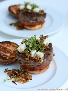 Gorgonzola-Burger mit Bacon und Karamell-Zwiebeln